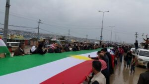 رفع أطول علم كردي في مخيم دوميز للاجئين الكرد بكردستان العراق